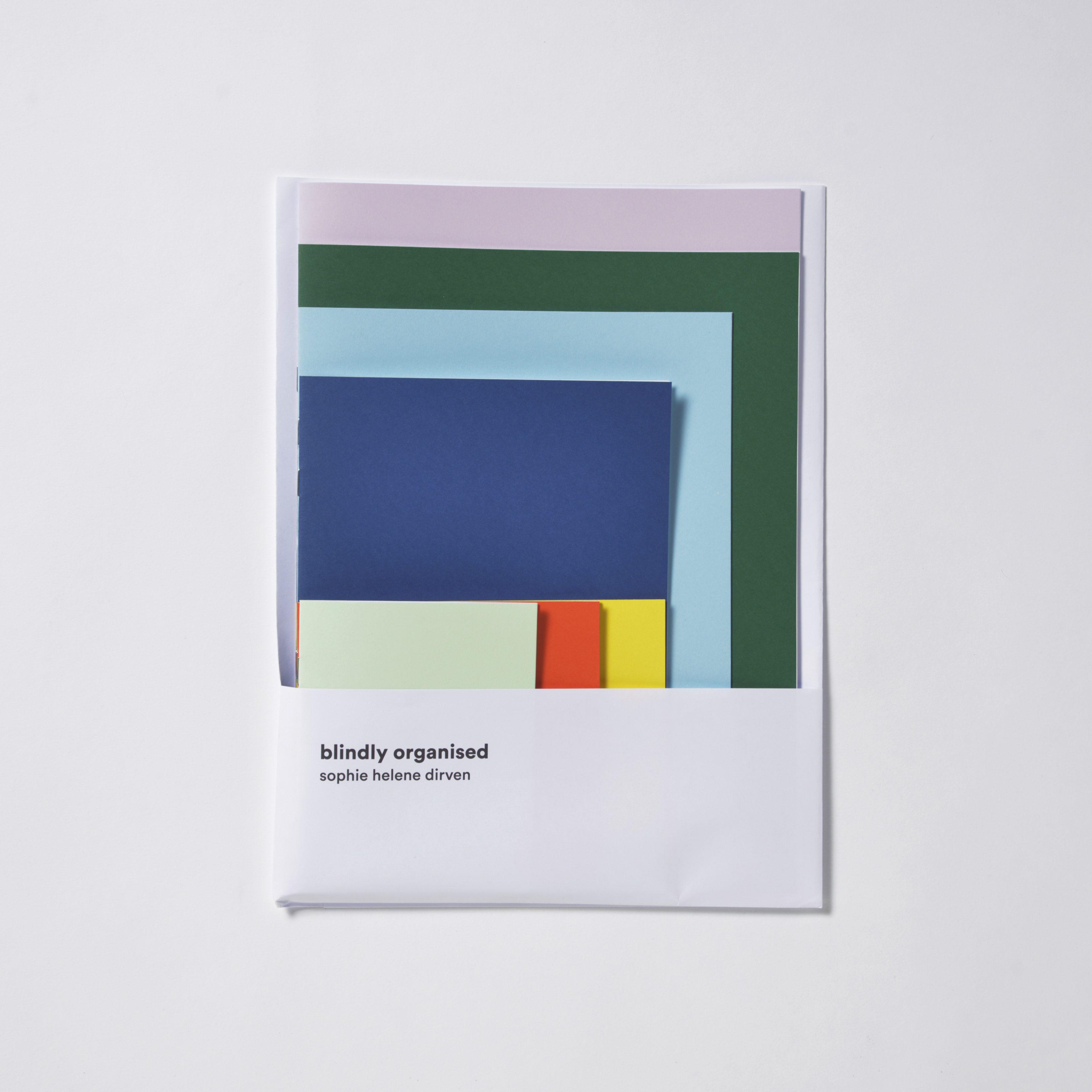 De hybrid publication van boven, zeven boekjes samengehouden door een gevouwen poster.